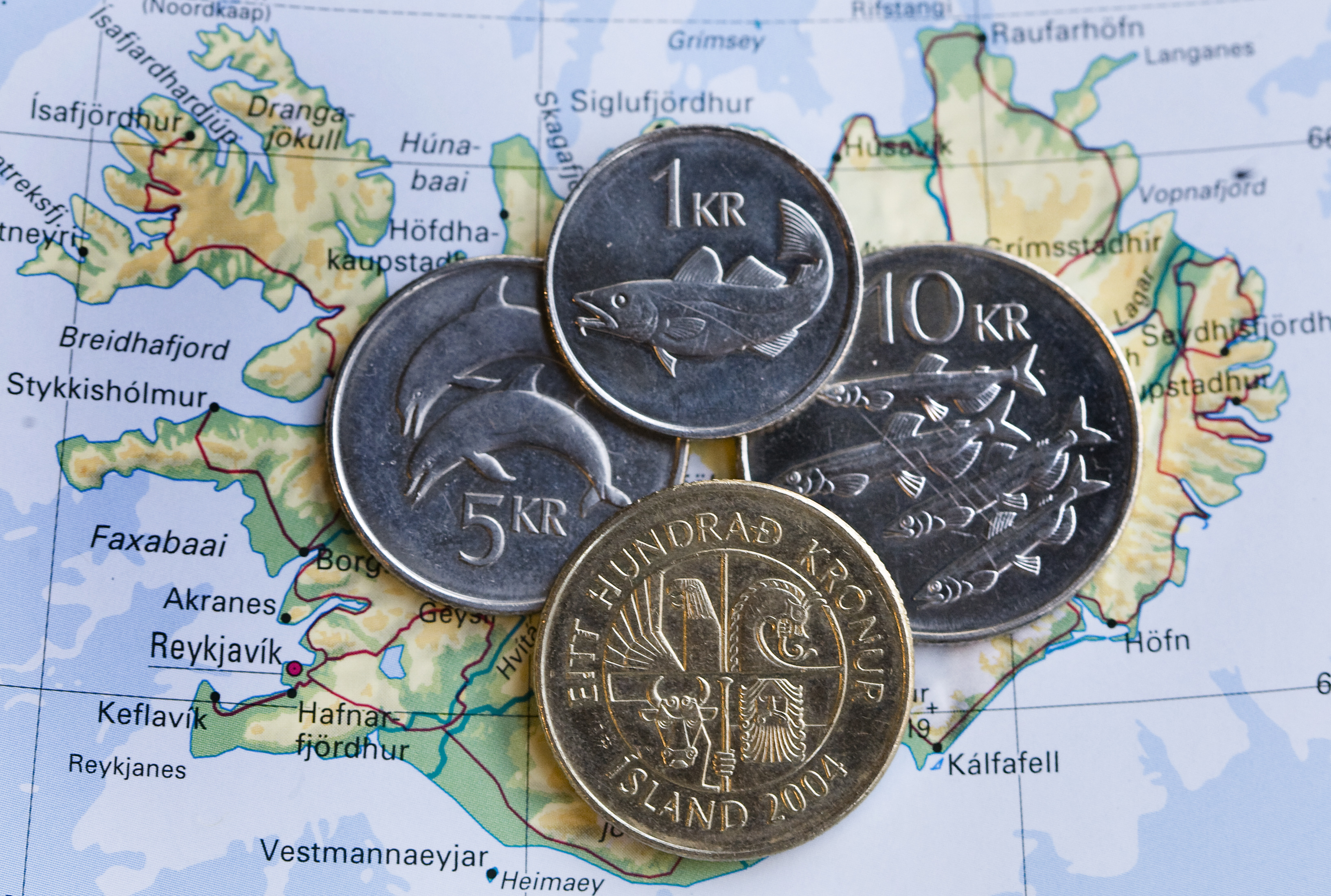 RIJSWIJK - IJslandse kronen. De regering van IJsland is gevallen. De regering lag al maanden zwaar onder vuur. De grootste banken van het land, waaronder Icesave, zijn mede door de kredietcrisis failliet gegaan. Het financiele systeem is daardoor ingestort en het land is nagenoeg bankroet. ANP PHOTO XTRA KOEN SUYK